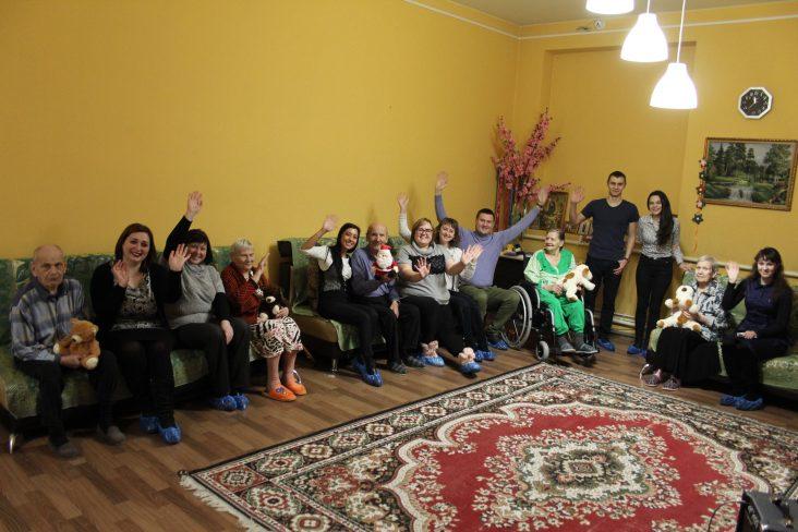 Наших постояльцев поздравила с Новым годом молодежь из Leader Team